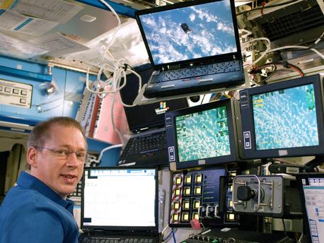 Frank De Winne beobachtet das japanische Transferfahrzeug HTV -1 am 17. September 2009 beim Andocken an die Internationale Raumstation ISS.  Der ESA-Astronaut hat das Kommando über die ISS am 11. Oktober 2009 mit dem Abkoppeln des Soyuz-Raumschiffs übernommen.