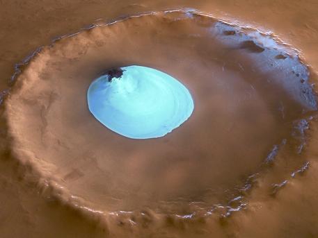 Eines der herausragenden Merkmale der vom DLR betriebenen Stereokamera HRSC (High Resolution Stereo Camera) an Bord der ESA-Raumsonde Mars Express ist ihre Fähigkeit, die Oberfläche des Planeten in drei Dimensionen zu erfassen. Unter Ausnutzung des Stereo-Effekts – die Betrachtung desselben Gebiets unter mindestens zwei verschiedenen Blickwinkeln – können digitale Geländemodelle abgeleitet werden, was die Herstellung von topographischen Bildkarten der Marsoberfläche gestattet. Das Bild zeigt einen Blick in einen etwa 30 Kilometer großen Krater in der Nähe des Mars-Nordpols, in dem ein Eisfeld den Marswinter überdauert hat.