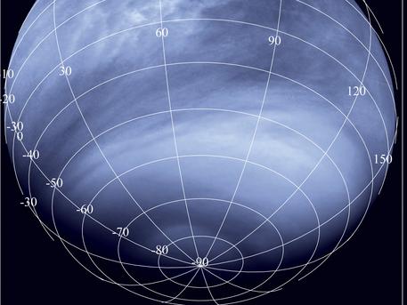"""Die Dynamik der Venusatmosphäre wurde in diesem Ultraviolettbild der Venus Monitoring Camera (VMC) aus 30.000 Kilometer Entfernung festgehalten. Vom Südpol (unten im Bild) in Richtung der niedrigeren Breitengrade und des Äquators sind zahlreiche unterschiedlich strukturierte, bisweilen gestreifte oder fleckige Wolkenbänder zu sehen. Zum Teil rühren die Kontraste in der hauptsächlich aus Kohlendioxid bestehenden Gashülle von noch nicht näher bekannten Gasmolekülen her, die das UV-Licht absorbieren und zum starken Treibhauseffekt auf der Venus beitragen. In einer """"Superrotation"""", das heißt, mit viel höherer Geschwindigkeit als der Planet selbst, rasen die Wolkenbänder um die Venus."""