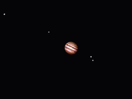 So sieht man den Planeten Jupiter mit seinen vier Monden im Teleskop