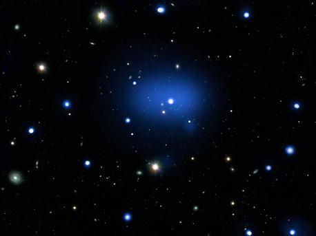 Dieses Bild ist eine Kombination einer Röntgenaufnahme des Chandra X-ray-Teleskops und eines optischen Fotos des VLT und des Digitized Sky Surveys von JKCS041, des bisher am weitesten entfernten Galaxienhaufens, den man kennt. Wir sehen das Objekt zu einem Zeitpunkt. als das Universum erst ein Viertel seines heutigen Alters hatte.