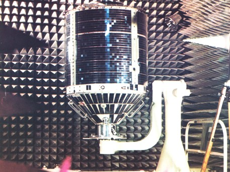 Das Foto zeigt AZUR, noch auf der Erde, in einem schalltoten Raum. Dort wurden die Kenndaten der Bord- Antennen sowie das Reflexionsverhalten des gesamten Satelliten ermittelt.