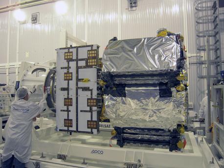 Nach seinem Transport zum Weltraumbahnhof Plesetsk wird die Funktionsfähigkeit des Satelliten noch einmal überprüft.
