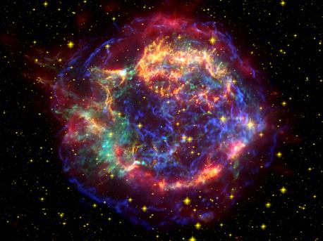 Dieses beeindruckende Bild des Supernova-Überrest Cassiopeia A (Cas A) ist ein Verbund von Bildern von drei großen Observatorien der NASA übernommen. Infrarot- Daten aus dem Spitzer Space Telescope sind rot gefärbt; optischen Daten des Hubble-Weltraumteleskops sind gelb, und X-ray-Daten aus dem Chandra Röntgen-Observatorium sind grün und blau.