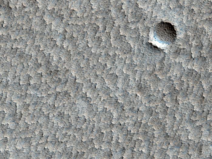 Ein bereits leicht erodierter Krater nahe Pavonis Mons.