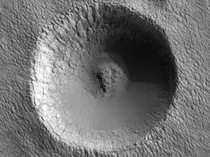 Ein Einschlagskrater am Südpol des Roten Planeten. Sein Durchmesser beträgt etwa 330 Meter. Wie man glaubt, sind die polaren Ablagerungen auf dem Mars sehr jung, weil es keine großen Krater und sehr wenige kleine Krater auf ihnen gibt.