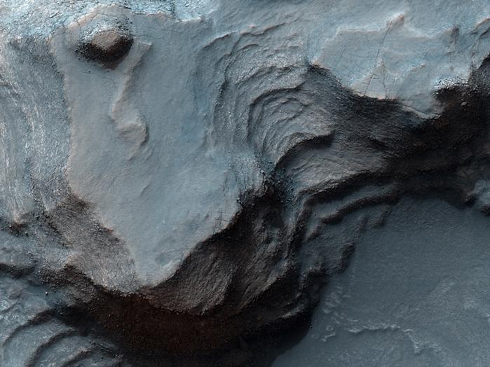 Ton-Minerale sind in diesem felsigen Gebiet von Nilosyrtis Mensae entdeckt worden. Diese sind von großem Interesse auf der Suche nach Beweisen von Leben auf dem Mars.