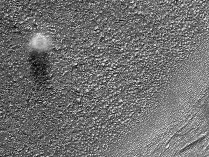 Dir Marskamera HiRISE hat hier einen Staub-Teufel eingefangen, der über die Marsoberfläche im Osten von der Hellas Einfluss-Waschschüssel und im Süden von Reull Vallis bläst. Der Durchmesser dieses Staub-Teufels ist ungefähr 200 Meter, aber an der Oberfläche ist er wahrscheinlich viel kleiner. Gestützt auf die Länge des Schattens in diesem Bild beträgt die Höhe des Staub-Teufels etwa 500 Meter.