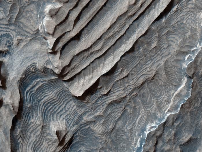 Tonablagerungen am Boden des Becquerel-Kraters, ein Einschlagskrater in Arabia Terra. Die Ablagerungen bestehen aus aufgeschobenen, sich wiederholenden Schichten, die durchweg nur einige Meter dick zu sein scheinen.