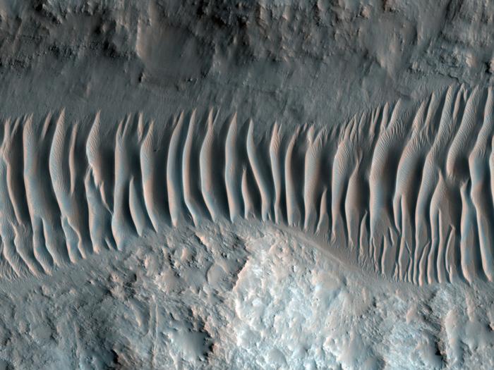 Dünen entlang eines Talfußbodens in Ladon Valles, einem Ausfluss-Kanal, der ein Segment eines größeren Deltas bildet und sich schließlich mit dem größeren Ares Valles Ausfluss-Kanal im Norden verbindet.