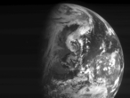 Der wolkenverhangene nordamerikanische Kontinent, den die Navigationskamera von Rosetta nach dem Flyby in einer Entfernung von 224.000 Kilometer vom Erdzentrum fotografierte.