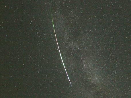 Ein heller Meteor, der am 13. August 2007 um 22.39 Uhr von der Station Wettzell beobachtet wurde: Zusätzlich fotografieren im Rahmen des europäischen Feuerkugel-Netzwerks - an dem auch das DLR teilnimmt - jede Nacht 25 automatisch arbeitende Kamerastationen den Himmel über Mitteleuropa und registrieren bei klarer Sicht alle Meteore.