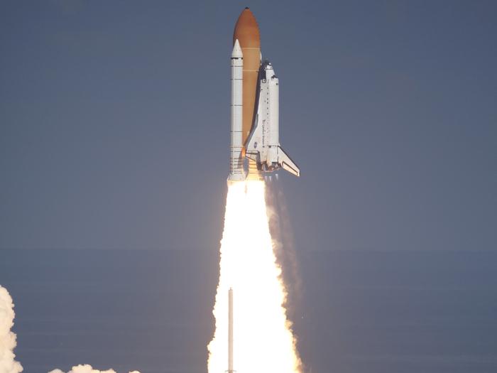 Wie geplant startete die Raumfähre Atlantis am 16. November 2009 um 20.28 Uhr Mitteleuropäischer Zeit vom Weltraumbahnhof Cape Canaveral (Florida). Die sechs NASA-Astronauten an Bord bringen Versorgungsgüter und Experimente zur Internationalen Raumstation ISS