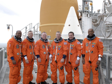 Von links nach rechts: Leland Melvin, Randy Bresnik, Pilot Barry E. Wilmore, Commander Charles O. Hobaugh, Mike Foreman and Robert L. Satcher Jr.