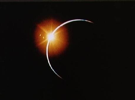 Auf dem Mond fand das Ereignis als totale Sonnenfinsternis statt. Wie dieses Ereignis aussieht, haben Astronauten der Apollo 12 Mission am 21. November 1969 festgehalten, als sie beim Rückflug vom Mond den Kernschatten der Erde durchflogen