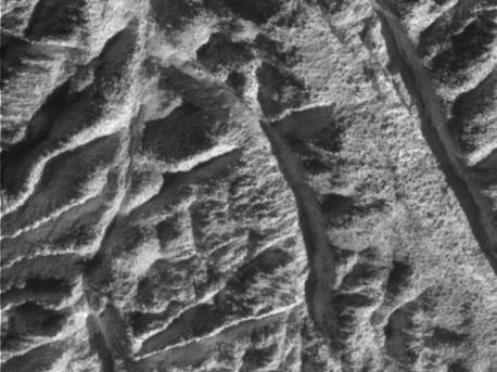 Rillen, Furchen und geologische Brüche in der Region um Baghdad Sulcus, einer der vermuteten Quellen der Enceladus-Geysire.