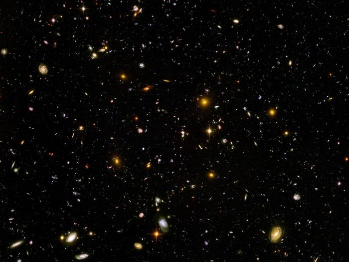 Das Hubble Ultra Deep Field entstand aus 800 Einzelaufnahmen, die das Hubble-Weltraumteleskop zwischen dem 3. September 2003 und dem 16. Januar 2004 machte. Es zeigt noch die entferntesten Strukturen und ermöglicht einen so tiefen Blick ins sichtbare Universum wie kein Bild zuvor.