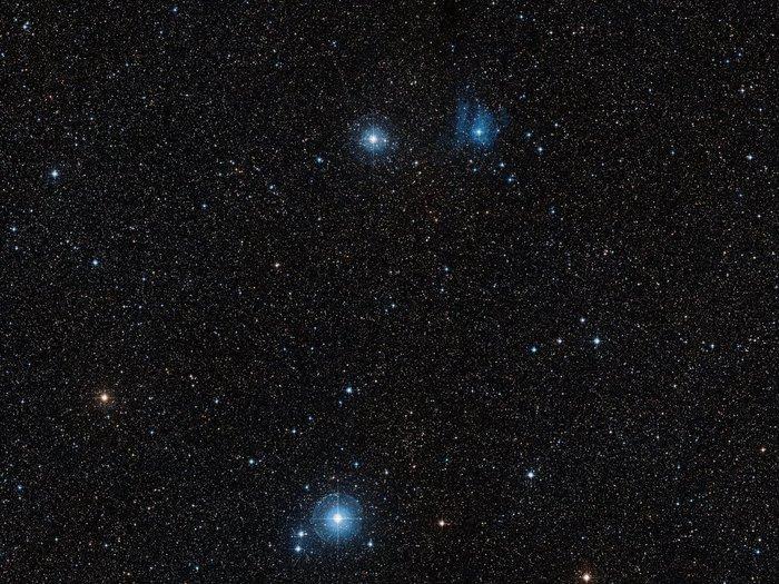 Esta imagen de campo amplio, basado en datos de Digitized Sky Survey 2, muestra toda la región alrededor de la nova V445 Puppis.