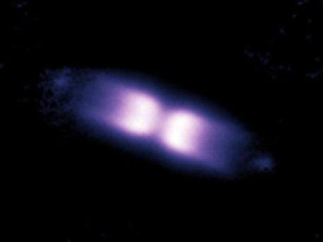 El instrumento de óptica adaptativo NACO en ESO Very Large Telescope y su capacidad para obtener imágenes tan nítidas como las tomadas desde el espacio.