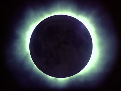 Bei einer totalen Sonnenfinsternis wird die Korona um die Sonne sichtbar.