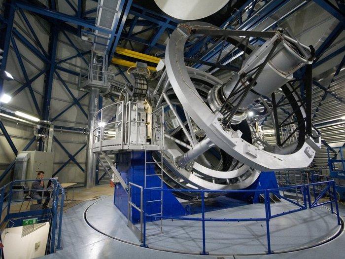 VISTA, en su bóveda en el observatorio de ESO en Cerro Paranal en los desiertos del norte de Chile.