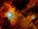 Esta imagen muestra una nube oscura 1000 años luz de distancia en la constelación de Aquila, el Águila. Cubre un área de 65 años luz de diámetro y está tan envuelta en polvo que ningún satélite anterior ha sido capaz de ver en ella. Ahora, gracias a una sensibilidad superior de Herschel en la más larga longitud de onda de infrarrojos, los astrónomos tienen su primera imagen del interior de esta nube.