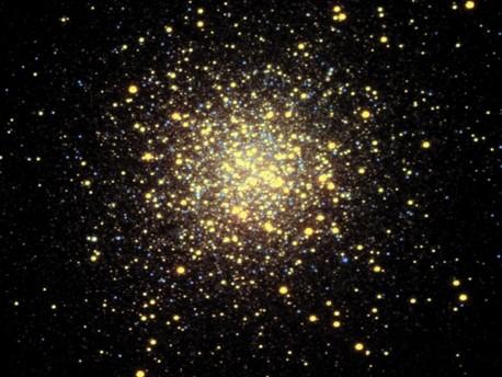 Die Aufnahme zeigt den Kugelsternhaufen M 13, der mehrere hunderttausend Sterne enthält. Kugelsternhaufen zählen zu den ältesten Gebilden in der Milchstraße. Sie sind vor über zehn Milliarden Jahren entstanden, als die Milchstraße noch nicht die Form eines Diskus hatte. M13 ist ein typischer Vertreter seiner Klasse und 20000 Lichtjahre von der Erde entfernt.