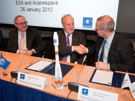 (De izquierda a derecha) Jean-Jacques Dordain, Director General de la ESA, René Oosterlinck, Director de la ESA del programa Galileo de navegación y las actividades relacionadas y Jean-Yves Le Gall, presidente y director general de Arianespace, tras la firma del contrato de Arianespace para lanzar Galileo.