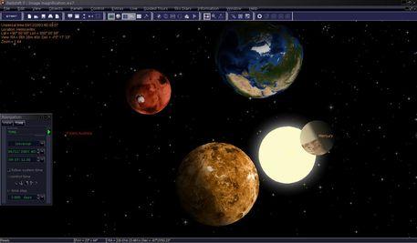 Les planètes sont représentées agrandi ; c'est pour ça qu'elles apparaissent plus proche l'une de l'autre qu'elles ne sont en réalité. Vous pouvez reconnaître le caractère de la surface des planètes et en même temps ne pas perdre de vue leurs positions respectives. Ainsi vous pouvez suivre la danse merveilleuse des planètes.