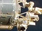 René Demets con el contenedor Biopan en el exterior de la cápsula Foton-M3