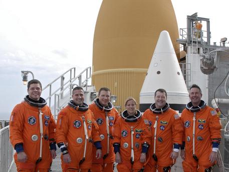 Auf dem Startkomplex 39A am Kennedy Space Center der amerikanischen Weltraumbehörde NASA in Florida: die Crew der STS-130 Mission vor dem Außentank und einem der Feststoffbooster nach Abschluss des Terminal Countdown Demonstration Tests.  v.l.n.r: Missionsspezialist Robert Behnken; Kommandant George Zamka; Pilot Terry Virts und die Missionsspezialisten Kathryn Hire, Nicholas Patrick und Stephen Robinson.