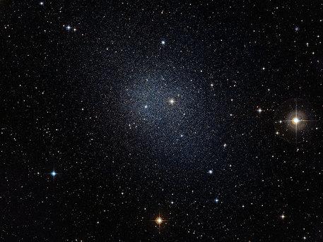 La galaxia enana de Fornax es una de las galaxias enanas vecinas de nuestra Vía Láctea. Estas pequeñas galaxias también contienen muchas estrellas muy antiguas. Esta imagen fue compuesta a partir de datos de la Encuesta Digitized Sky 2.