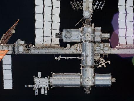Una vista cercana de una parte de la Estación Espacial Internacional. El Nodo recién instalado-3 'tranquilidad' y la Cúpula son visibles en la parte superior central.