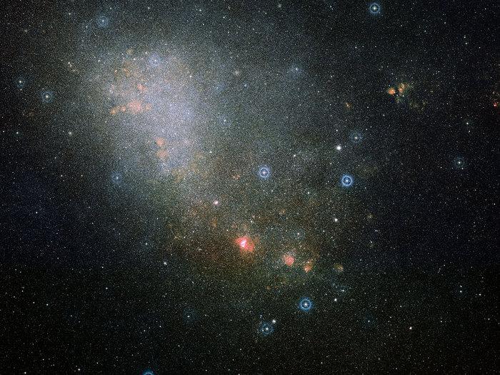 La imagen de campo amplio, basado en datos de Digitized Sky Survey 2, alrededor de la región de formación estelar NGC 346, dentro de la galaxia Nube Magallánica Menor.