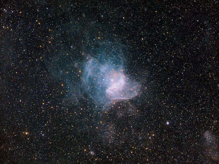 NGC 346 se encuentra en la constelación de Tucana (el Tucán) y abarca unos 200 años luz. Esta imagen en particular se obtuvo utilizando el instrumento Wide Field Imager a los 2,2 metros de MPG / ESO telescopio en el Observatorio de La Silla en Chile.