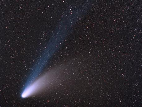 Komet Hale-Bopp mit Gasschweif (bläulich) und Staubschweif (weiß)