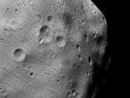 Die vom DLR betriebene hochauflösende Stereokamera HRSC an Bord der ESA-Raumsonde Mars Express nahm dieses Bild von Phobos im so genannten Nadir-Kanal am 7. März 2010 im Orbit 7915 auf. Die Auflösung liegt bei 4,40 Meter pro Bildpunkt (Pixel). Norden ist links im Bild. Die Aufnahme wurde photometrisch nachbearbeitet, um weniger beleuchtete Regionen besser darzustellen.