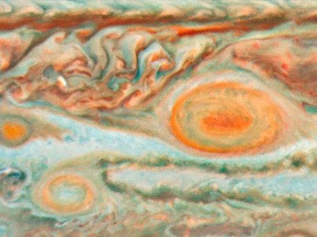 Esta imagen fue obtenida por la NASA / ESA Hubble Space Telescope, el 15 de mayo de 2008. Esta imagen muestra la interacción de tres de las tormentas más grandes de Júpiter - la Gran Mancha Roja y dos más pequeñas tormentas apodadas Óvalo BA y la Pequeña Mancha Roja.