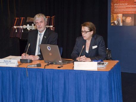 Simonetta Di Pippo y Zell Martin en la conferencia de prensa de Marte 500, en marzo del 2010.