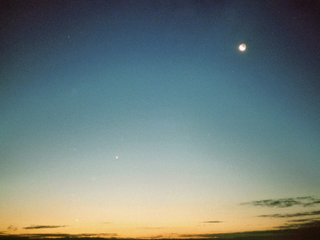 """Gerd Wüst hat sein Bild am 15.10.09 um 7:05 Uhr von einem Hochhaus in Hamm in Westfalen aufgenommen. Ihm ist es gelungen, alle vier Himmelskörper deutlich sichtbar auf ein Bild zu bannen. Das Bild wurde mit einer """"alten"""" Spiegelreflexkamera der Marke Miranda (Bj. 1972) mit einem DIN 200 Film aufgenommen, mit Brennweite 50 mm, Blende 1,8 und 1 Sekunde Belichtungszeit."""