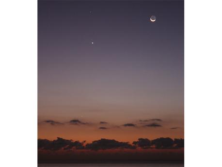 Ralf Hannig hat sein Foto am 16.10.09 um 7:21 Uhr an der Playa del Ingles auf Gran Canaria aufgenommen. Das traumhafte Bild zeigt deutlich alle vier Himmelskörper. Das Foto wurde mit einer Canon EOS 450 D mit Canon 18-55 mm/3,5-5,6 IS aufgenommen, ISO 400, Brennweite 55 mm, Blende 5,6 und 1,3 Sekunden Belichtungszeit.