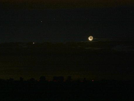 Stefan Simon hat sein Bild am 16.10. um 6:11 Uhr in der Nähe von Magdeburg gemacht. Das Bild wurde mit einer Canon EOS 450D mit einem Sigma 18-200 mm Zoom-Objektiv aufgenommen, ISO 800, Brennweite 63 mm, Blende 5,6 und 2 Sekunden Belichtungszeit.
