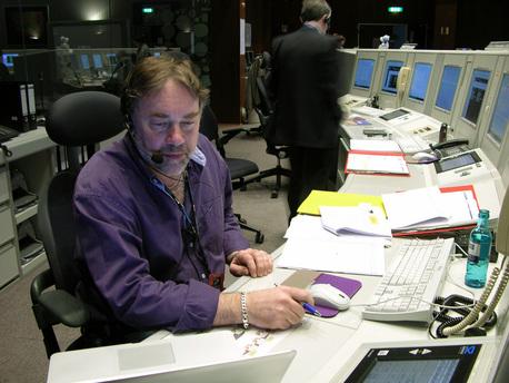El gerente del proyecto de la ESA, Richard Francis sentado (en la parte delantera izquierda) en la consola en la Sala de Control Principal de ESOC junto al Director de Operaciones, Pier Paolo Emanuelli (de pie en la parte trasera derecha).