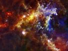 La Nube de Roseta se encuentra a unos 5,000 años luz de la Tierra y está asociada a una nebulosa mayor que contiene suficiente polvo y gas como para generar 10,000 estrellas similares a nuestro Sol. Esta imagen de Herschel muestra la mitad de la nebulosa y prácticamente toda la nube de Roseta. Las estrellas masivas que alimentan a la nebulosa se encuentran a la derecha de la imagen, pero son invisibles en estas longitudes de onda. Los colores representan la temperatura a la que se encuentra el polvo de la nebulosa, que varía entre los -263° C (tan sólo 10° por encima del cero absoluto), en color rojo, y los 233°C, marcados con tonos azules.