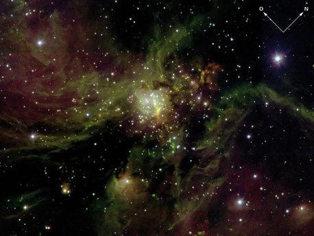 Schnappschuss einer Geburtsstätte von Sternen in unserer Heimatgalaxie, der Milchstraße: eine massereiche Sternentstehungsregion in der gigantischen Molekülwolke S255 in etwa 8000 Lichtjahren Entfernung von der Erde (1 Lichtjahr entspricht etwa 10 Billionen Kilometer). Solche Wolken sind im sichtbaren Licht normalerweise nicht durchsichtig. Das infrarote Licht kann hingegen den Staub durchdringen, so dass das LUCIFER-Bild den Haufen neugeborener Sterne und seine komplexe Umgebung in ganzer Pracht zeigt.