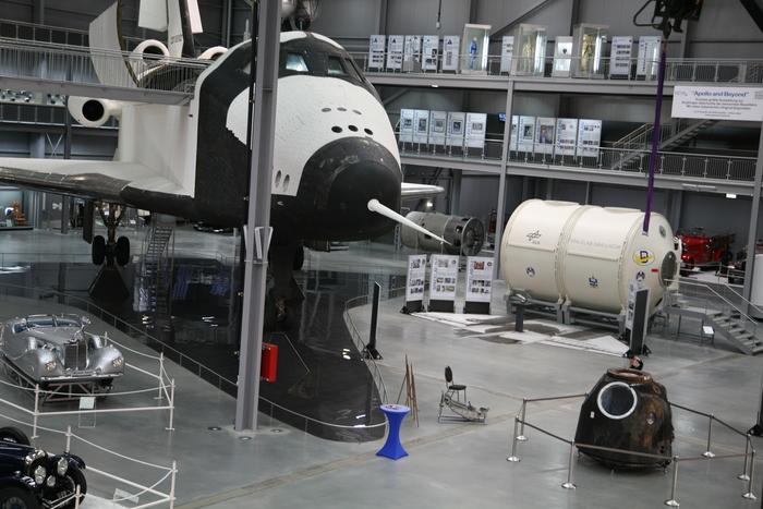 Die kleine Sojus TM-19 neben dem großen Buran.