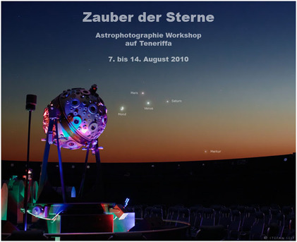Planetentreffen am 13. August, gegen 21:30 Uhr: Knapp über dem Westhorizont stehen Venus, Mars und Saturn. Zu ihnen gesellt sich etwas tiefer die Sichel des zunehmenden Mondes. Das Bild wurde im Stuttgarter Planetarium aufgenommen und zeigt die Sicht- verhältnisse für Teneriffa. Aufgrund der südlichen Lage der Insel könnte dort sogar noch  der innerste Planet Merkur am Horizont sichtbar werden.