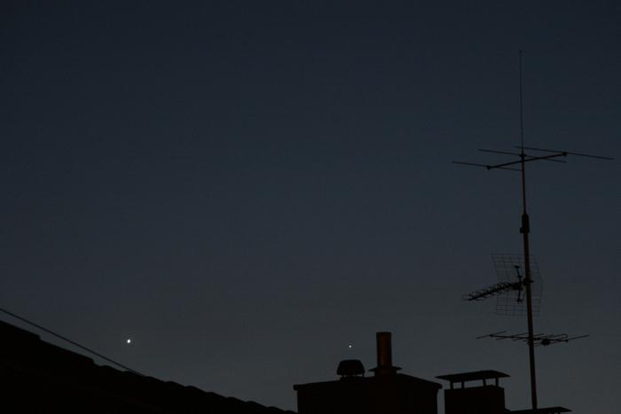 Enge Begegnung von Venus und Merkur mit einem Schornstein, aufgenommen am 5. April in Stuttgart. Canon EOS 400D, Brennweite 145 mm, 800 ISO, Blende 5.6, 0.5 sec. Klaus M. Schittenhelm, Stuttgart