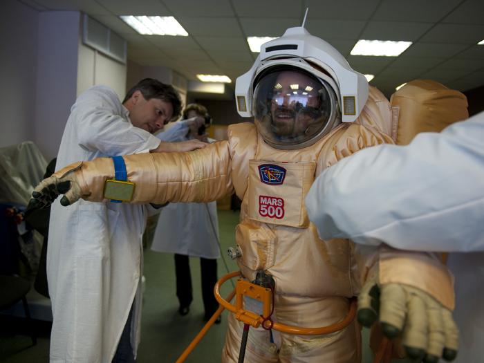 """Die Kandidaten der Mars500-Studie im Moskauer Institut für Biomedizinische Probleme werden nach einem 250-tägigen virtuellen """"Flug"""" zum Mars auch die Landung auf dem Planeten sowie die Rückkehr zur Erde simulieren. Insgesamt dauert das Experiment 520 Tage. Hier probiert der Franzose Romain Charles einen Raumanzug für die Studie an."""