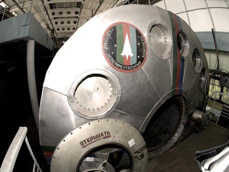 """Wenn sich die Luke zum Mars500-Modul schließt, sind die Kandidaten für 520 Tage auf sich alleine gestellt. Zu ihren Aufgaben gehören unter anderem die Durchführung von Experimenten und die Wartung der technischen Systeme. Der Alltag soll möglichst realistisch eine virtuelle """"Reise"""" zum Mars darstellen."""